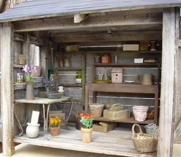 Miniatures et maisons de poupees : cabane de jardin